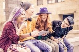 Adolescentes riéndose sentados