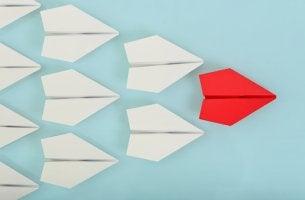 Avión rojo de papel representando a un líder