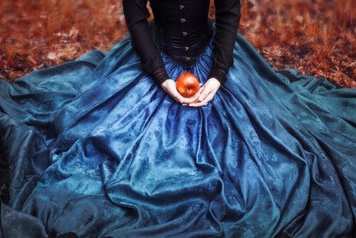 Blancanieves con una manzana en la falda