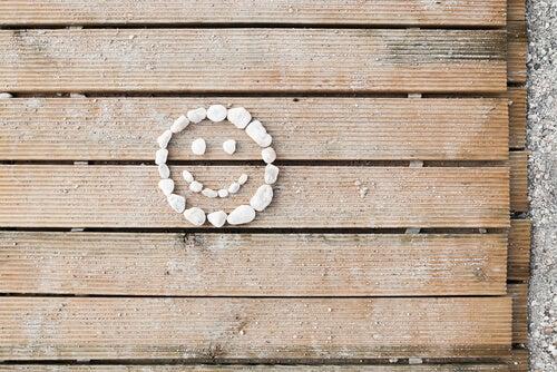 Cara sonriente sobre una madera