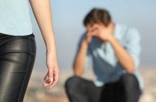 Chica abandonando a su pareja