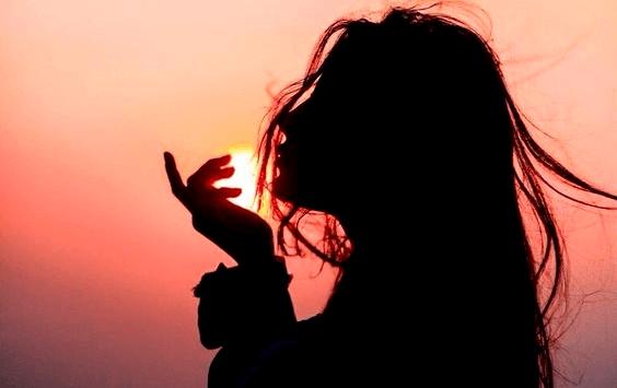 Chica al amanecer pensando en cuándo reclamar