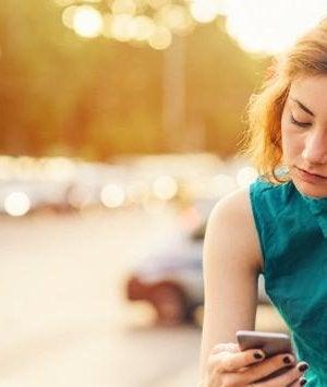 Chica escribiendo en su móvil sobre la dictadura de los likes