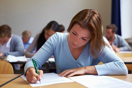 Chica estudiando un examen