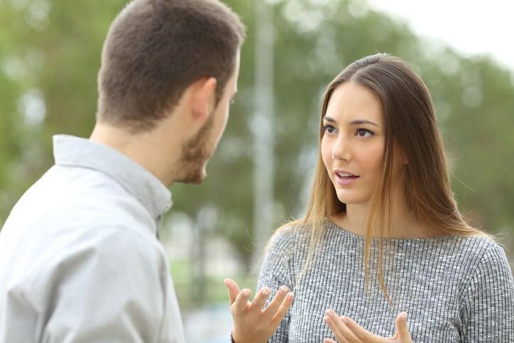 Chica hablando con su pareja
