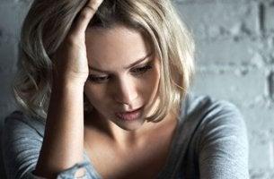 Chica que sufre síntomas iniciales de la ansiedad