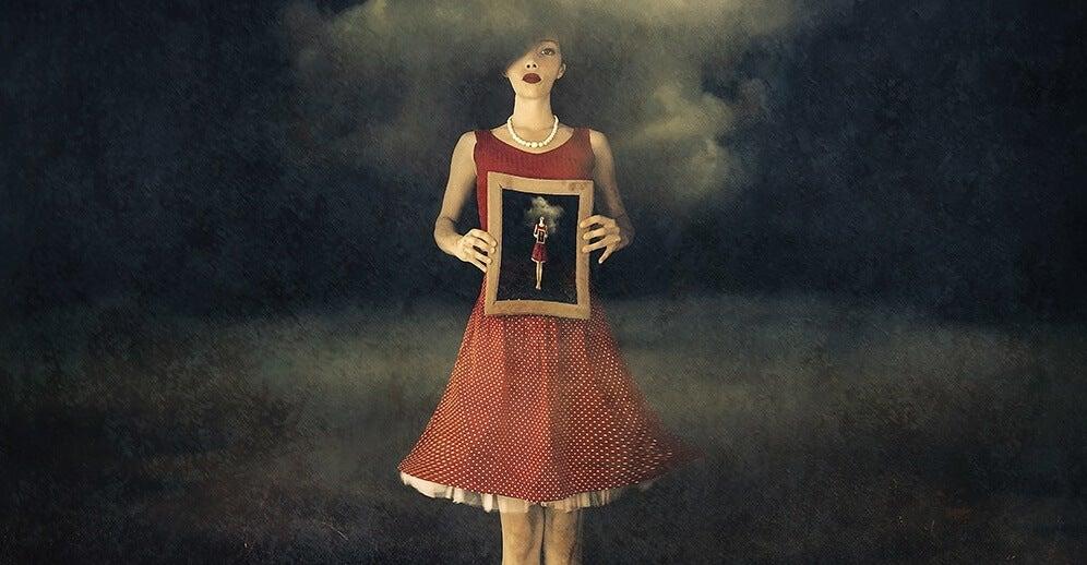 chica sosteniendo imagen de un cuadro que simboliza a las personas que rompen promesas