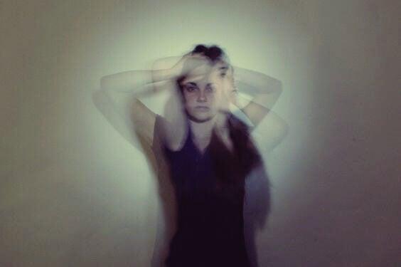 Chica con trastorno desrealización