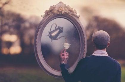 hombre ante un espejo con tetera pensando en afrontar lo que te hace daño