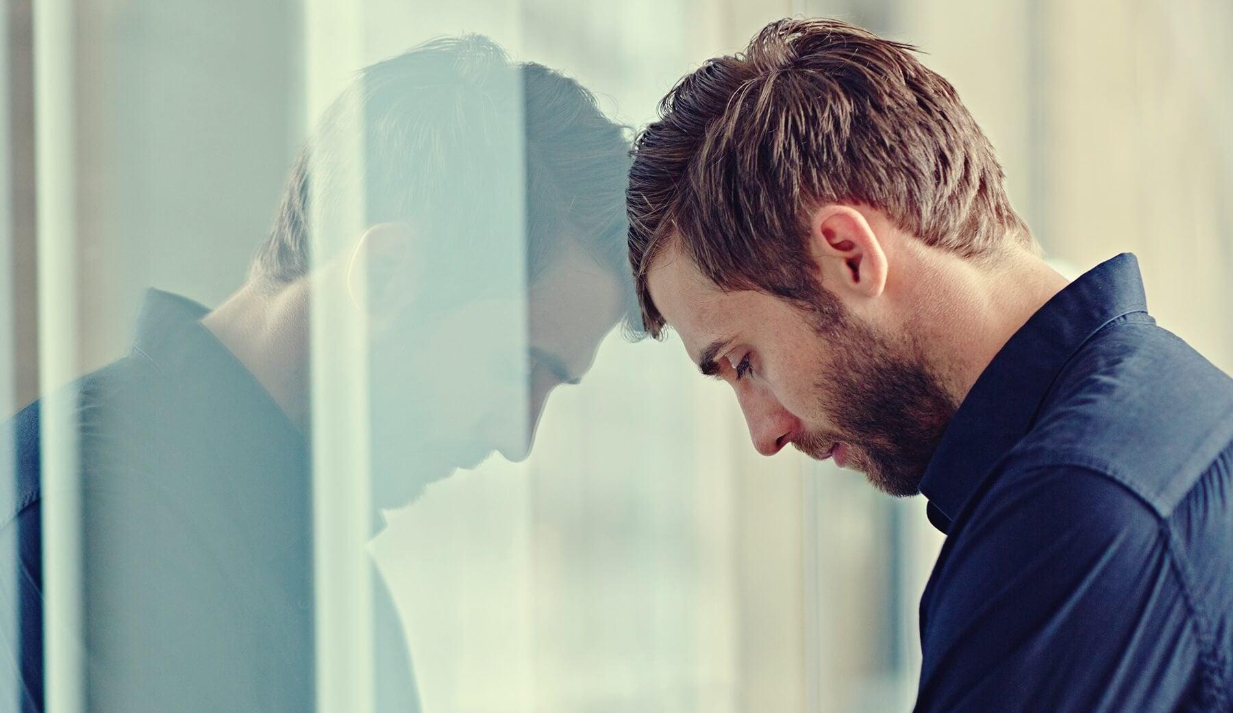 Chico con la cabeza en un cristal simbolizando la relación entre los trastornos de ansiedad y la alta inteligencia