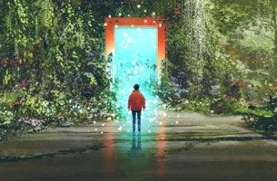 Chico delante de una puerta