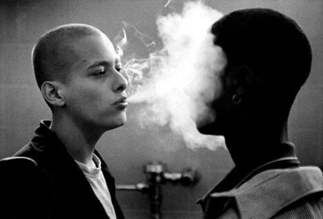 Chico echando humo a otro