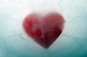 Corazón cubierto de hielo para representar a las personas emocionalmente inaccesibles