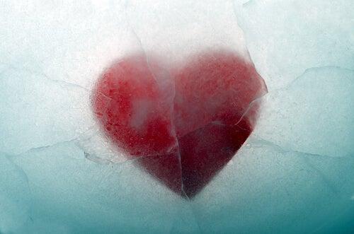 Corazón cubierto de hielo para representar las dificultades psicológicas que generan problemas de pareja
