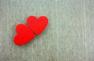Dos corazones rojos juntos para representar el amor romántico
