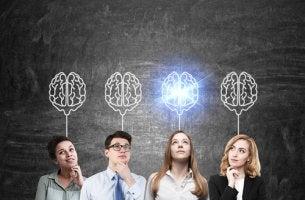 Empleados y líder pensando