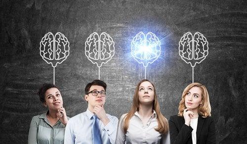 Empleados representando las tres claves del liderazgo