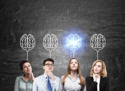 Empleados y líder pensando y afrontando su disonancia cognitiva