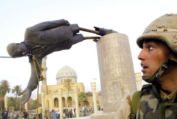 estatua de Sadam Hussein simbolizando la teoría del encuadre