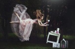 Hada tomando té para representar el mito del hada del hogar