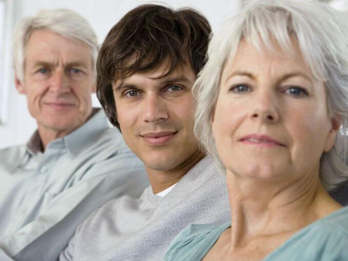 padres con hijo simbolizando cuando la familia afecta a la relación de pareja