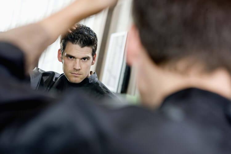 hombre ante espejo simbolizando las frases de José Ingenieros