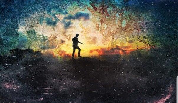 hombre andando en la oscuridad simbolizando el inconsciente colectivo de Carl Jung