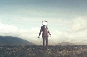 Hombre con una televisión en su cabeza