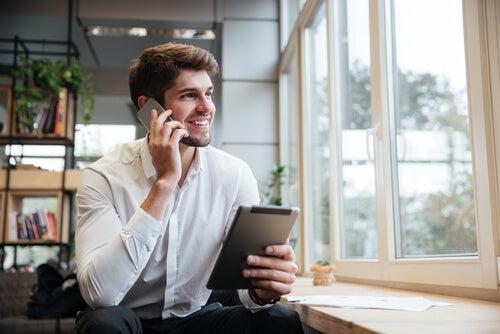 Hombre emprendedor hablando por teléfono