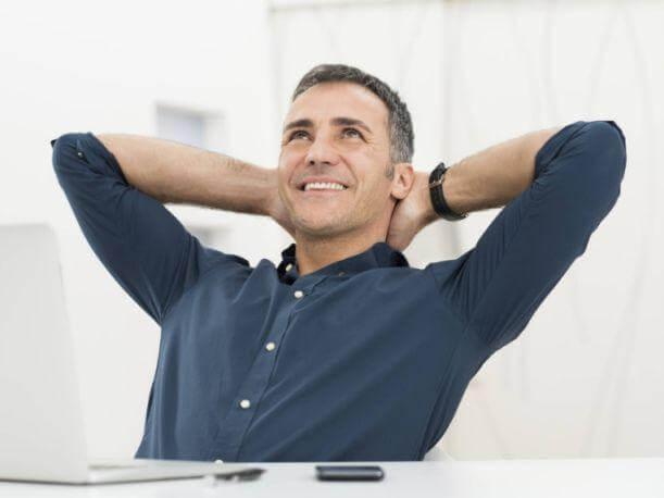 hombre maduro simbolizando cómo ser más felices después de la mediana edad