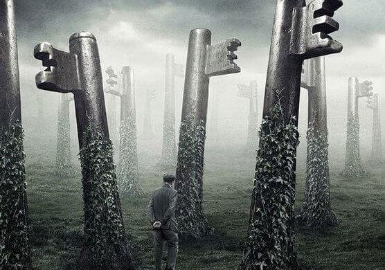 Hombre en un bosque de llaves simbolizando un cuento oriental
