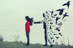 Hombre que se desvanece en pájaros tras una joven