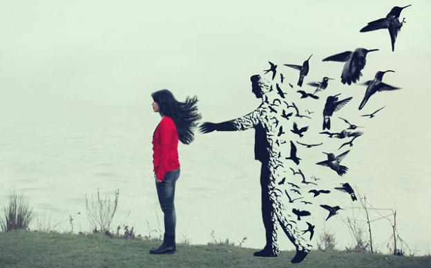 Hombre que se desvanece en pájaros tras una joven simbolizando el amor a los que ya no están