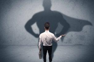 Hombre con sombra de superman para representar el complejo de Superman