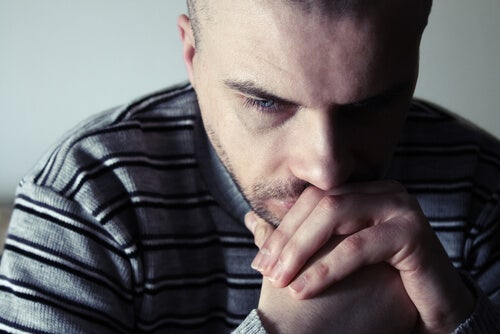 Hombre triste debido a la desesperanza