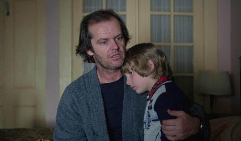 Jack abrazando a un niño