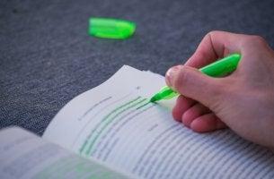 Libro subrayado de color verde