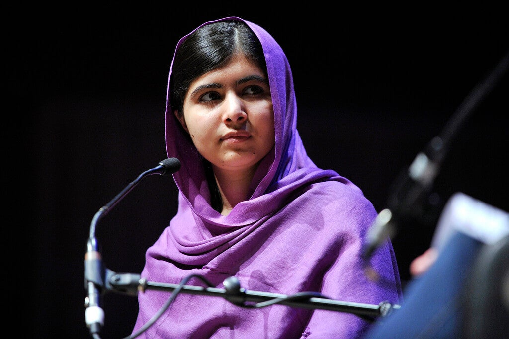 Malala con un micrófono