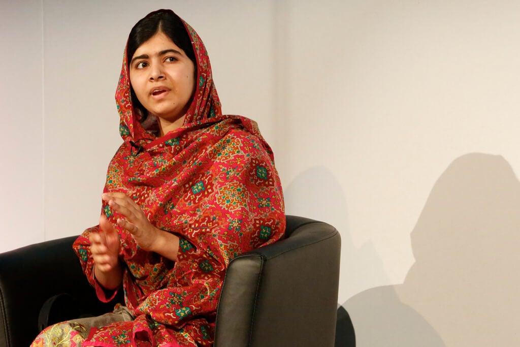 Malala Yousafzai sentada