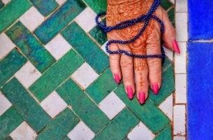 Mano con henna de una mujer
