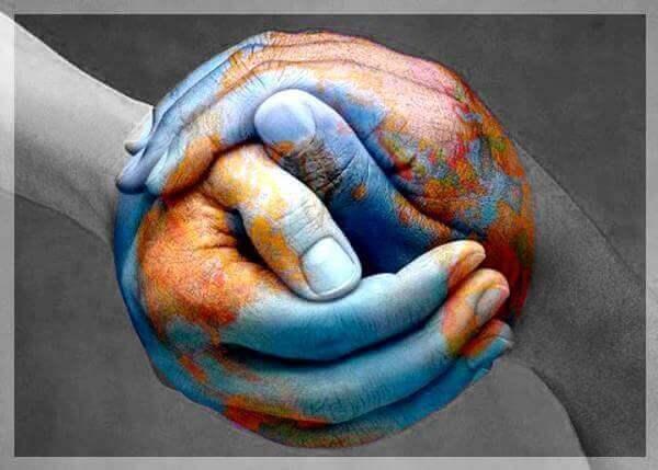 Manos juntas formando una bola del mundo