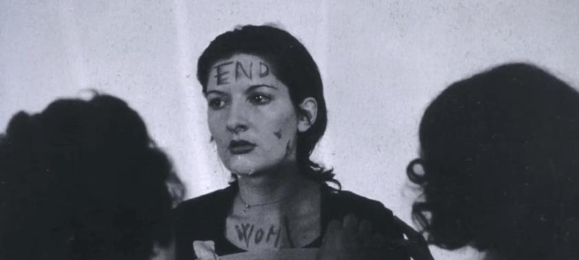 Imagen del experimento de Marina Abramovic en la que sale con la palabra end en la frente
