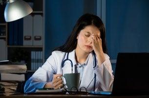 Médica con sueño trabajando por la noche