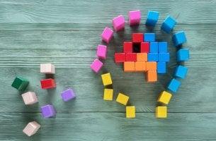 Mente de una persona con piezas para representar el efecto tetris
