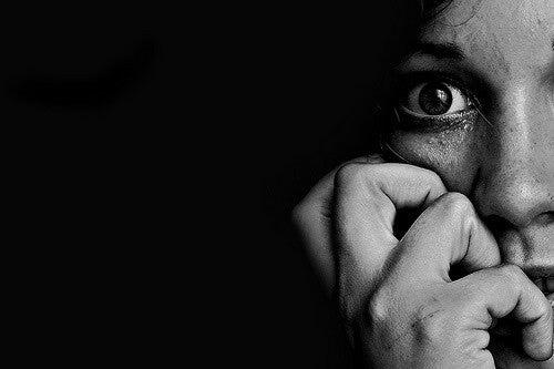 Mujer con miedo a la enfermedad