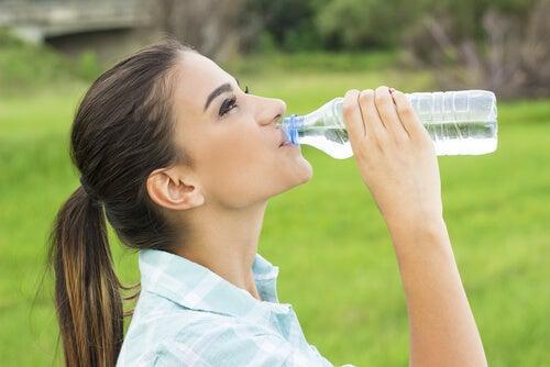 Mujer bebiendo de una botella de agua