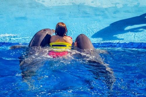 Mujer con delfines