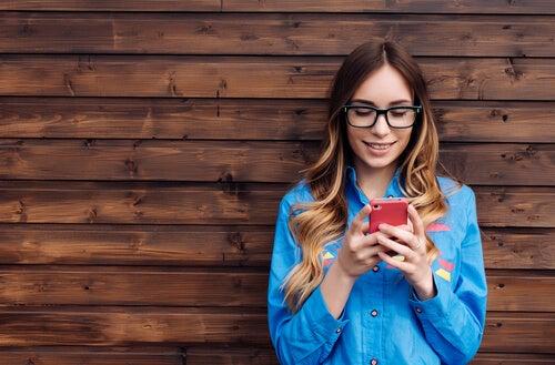 Mujer mirando sus redes sociales
