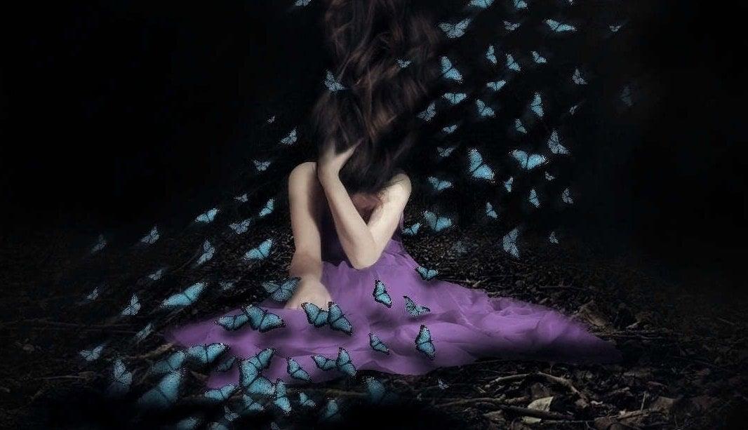 chica con mariposas simbolizando el efecto de los errores emocionales