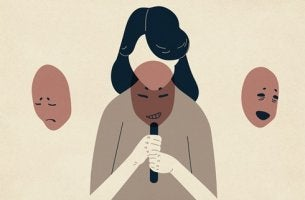 Mujer con las máscaras del narcisismo patológico